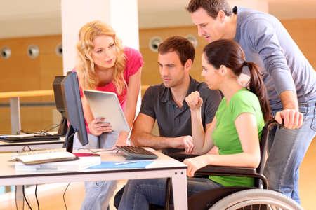 persona en silla de ruedas: Mujer en silla de ruedas, asistir a reunión del grupo de