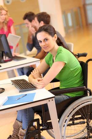discapacidad: Mujer joven en silla de ruedas de trabajo en la oficina Foto de archivo