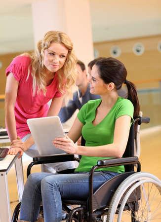 handicap people: Persona con discapacidad en el trabajo con la tableta electr�nica