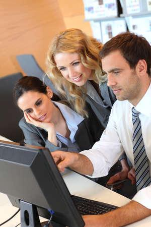ordinateur de bureau: R�union d'affaires en face de l'ordinateur de bureau