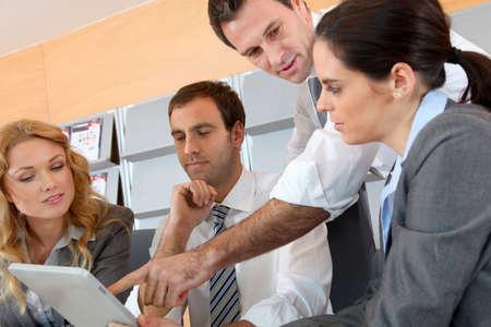 gerente: Reunión de negocios en la oficina con la tableta electrónica