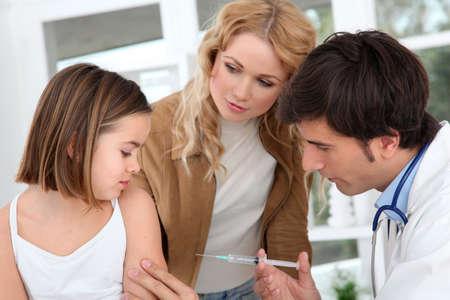 vacuna: Ni�a recibir la inyecci�n de la vacuna