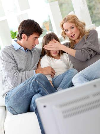 personas viendo television: Los padres que impiden niño de vwatching película violenta