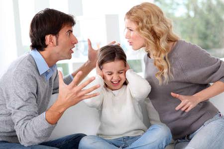 argument: Echtpaar vecht voor kind Stockfoto
