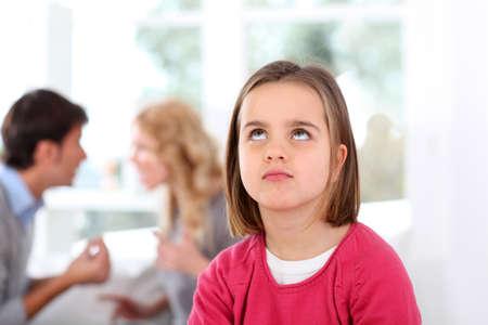 couple fach�: Portrait de l'enfant boulevers� avec des combats parents