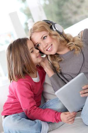 musica electronica: Madre e hija escucha m�sica