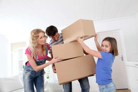 cajas de carton: Familias que se desplazan en nueva casa Foto de archivo