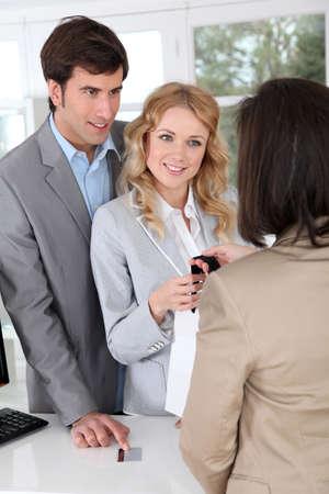 marido y mujer: Pareja en la ropa de prendas de vestir de compra de la tienda