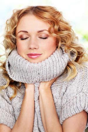 sueteres: Retrato de mujer hermosa rubia con su�ter de lana