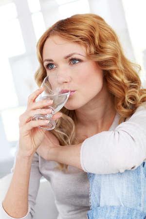 blue eyes blonde: Retrato de agua potable la mujer Foto de archivo