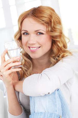 blonde yeux bleus: Portrait de l'eau potable femme
