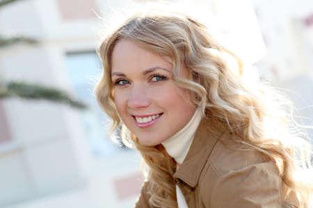 rubia ojos azules: Hermosa mujer rubia en la ciudad durante el día soleado