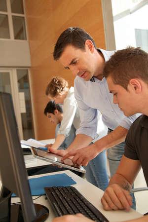 curso de formacion: Educador de ayudar a los estudiantes en la clase de entrenamiento Foto de archivo