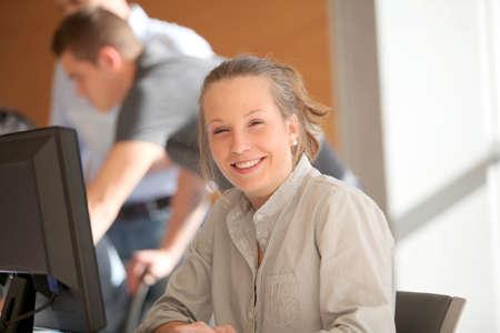 curso de capacitacion: Retrato de chica estudiante en su formaci�n