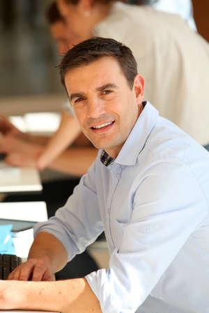 classroom teacher: Ritratto di sorridente insegnante a scuola