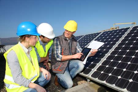 photovoltaik: Technik mit professionellen Gruppe von Studenten in der Ausbildung