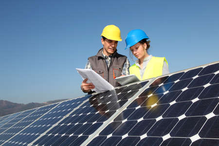 energia renovable: El hombre que muestra la tecnolog�a de paneles solares para chica estudiante