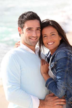fille pull: Couple romantique � pied par la plage Banque d'images