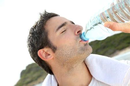 sediento: Jogger agua potable después de hacer ejercicio