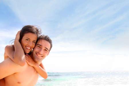weitermachen: Portr�t der Mann mit Freundin auf dem R�cken Lizenzfreie Bilder