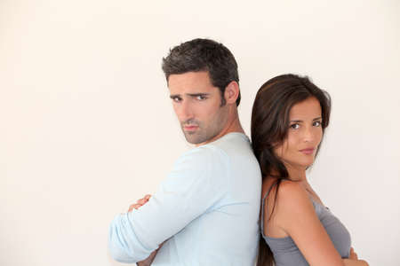 couple fach�: Jeune couple �tant en col�re contre l'autre