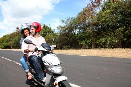 vespa: Pareja a caballo moto en un camino rural