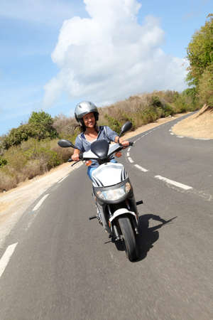 motorrad frau: Junge Frau auf Motorrad