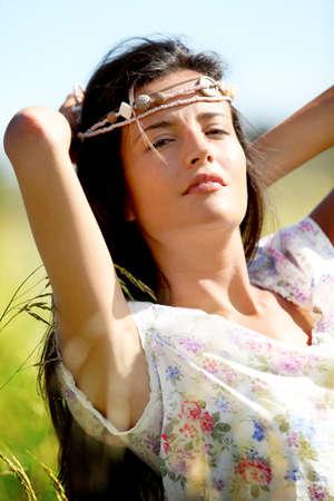 gitana: Gypsy chica con neacklace alrededor de su cabeza