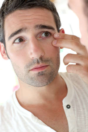 arrugas: El hombre frente a mirrror mirando sus arrugas