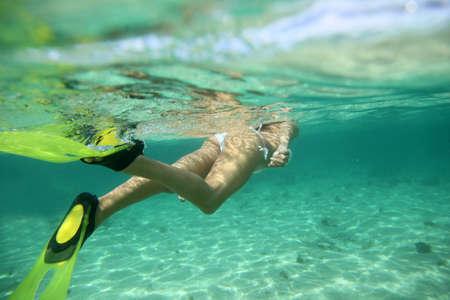 flippers: Primer plano de aletas snorkeler bajo el agua