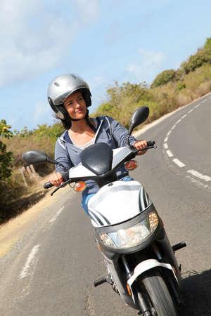 Mujer joven montando motos