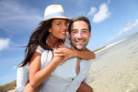 pareja de esposos: Los amantes disfrutando de d�as soleados en la playa Foto de archivo