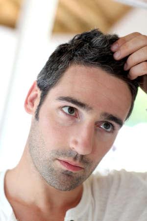 calvitie: L'homme en face de mirrror regardant ses cheveux Banque d'images