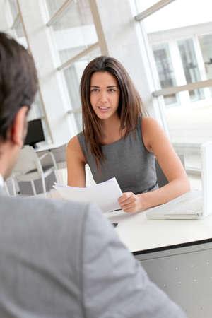 recursos humanos: Empresaria entrevistar a solicitantes de empleo