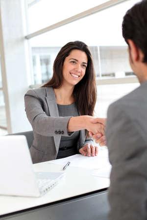 negotiation: Los socios de negocios d�ndose la mano despu�s de reunirse con Foto de archivo