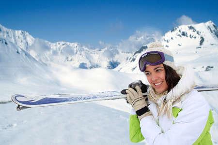 ski�r: Portret van de vrouw op de berg in ski-outfit Stockfoto