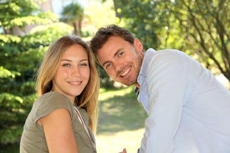 Portrait d'un jeune couple gai