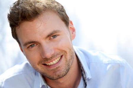 blonde yeux bleus: Portrait d'un homme beau avec chemise bleue Banque d'images