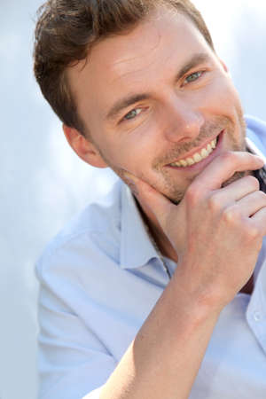 rubia ojos azules: Retrato de hombre guapo con camisa azul Foto de archivo