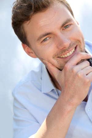ragazze bionde: Ritratto di uomo bello con la camicia blu