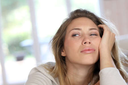 agotado: Retrato de mujer rubia con aspecto cansado