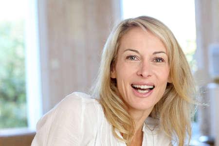 Porträt von blond reife Frau Entspannung im Sofa Standard-Bild - 13904667