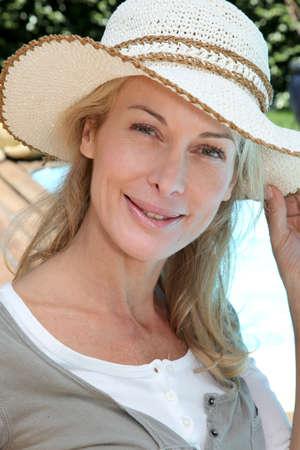 外リラックスした笑顔の成熟した女性の肖像画 写真素材