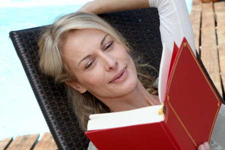 mujer leyendo libro: Retrato del libro de la mujer fuera de la lectura