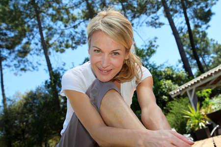 persona mayor: Mujer de mediana edad haciendo ejercicios de fitness fuera