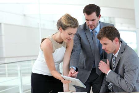 n�gocier: Groupe de gens d'affaires r�union autour de la table