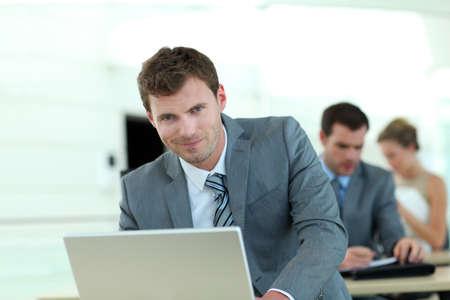 curso de capacitacion: Vendedor en traje gris asistir a la capacitaci�n empresarial