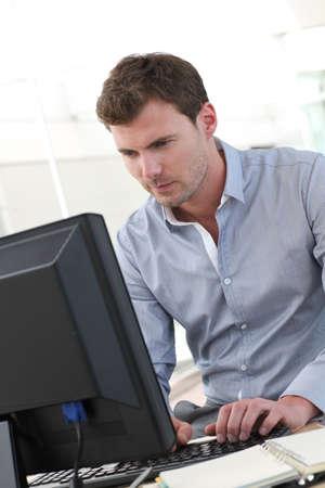 ordinateur bureau: Beau bureau travailleur assis � son bureau Banque d'images