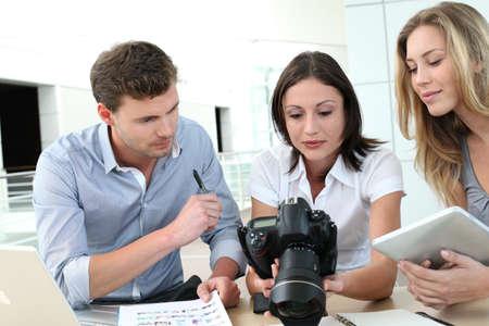 Team der Fotoreporter im Büro arbeiten Standard-Bild - 13904907