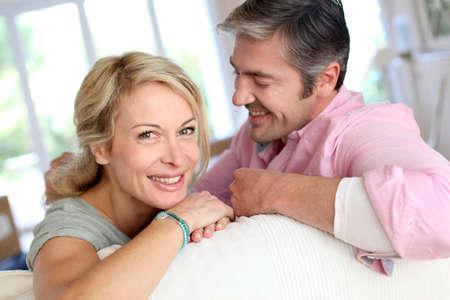 parejas de amor: Pareja de mediana edad se relaja en el sof� en casa